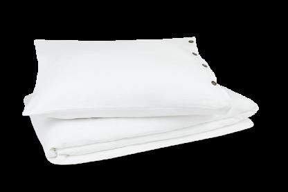 De dekbedovertrekken van de Nikko collectie zijn gemaakt van de beste en fijnste garens. Materiaal van 100% natuurlijk linnen, super zacht! De achterkant van het overtrek bestaat uit 100% katoen-perkal. Heerlijk ventilerend. Kruip 's winters lekker warm onder de lakens. En 's zomers onder frisse en koele lakens. Nog een fijn puntje is dat het overtrek anti-allergeen is en vrij van nare chemicaliën en pesticiden. De knopen op de sloop zijn gemaakt van bamboe en maken het extra uniek. Het product zit in een opbergtas van de eigen stof. Zo krijg jij direct een voorproefje van het overtrek.
